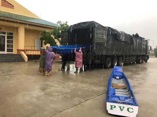 Trao 10 thuyền cứu hộ cho Quảng Bình ảnh 2