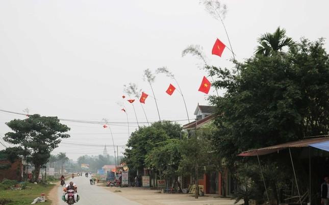 Độc đáo cách đón Tết bằng cây nêu rực rỡ trên các cung đường tại Nghệ An ảnh 1