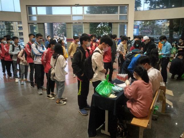 Đủ 'chiêu' phòng dịch ngày đầu tiên sinh viên Hà Nội trở lại giảng đường ảnh 3