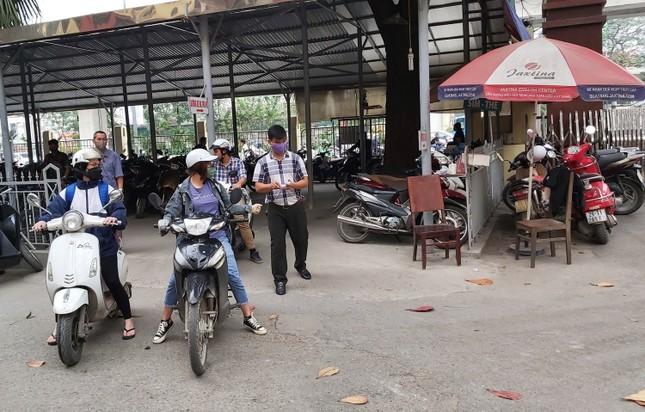 Đủ 'chiêu' phòng dịch ngày đầu tiên sinh viên Hà Nội trở lại giảng đường ảnh 12