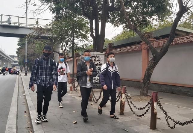 Đủ 'chiêu' phòng dịch ngày đầu tiên sinh viên Hà Nội trở lại giảng đường ảnh 15