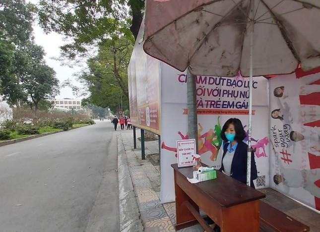 Đủ 'chiêu' phòng dịch ngày đầu tiên sinh viên Hà Nội trở lại giảng đường ảnh 2