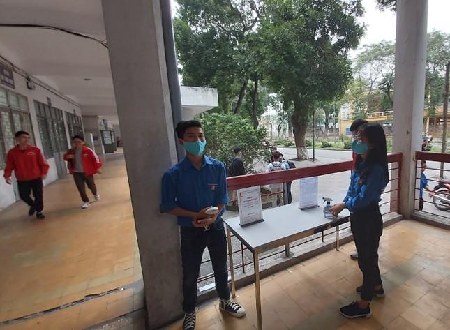 Đủ 'chiêu' phòng dịch ngày đầu tiên sinh viên Hà Nội trở lại giảng đường ảnh 5