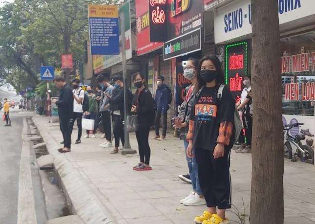 Đủ 'chiêu' phòng dịch ngày đầu tiên sinh viên Hà Nội trở lại giảng đường ảnh 16