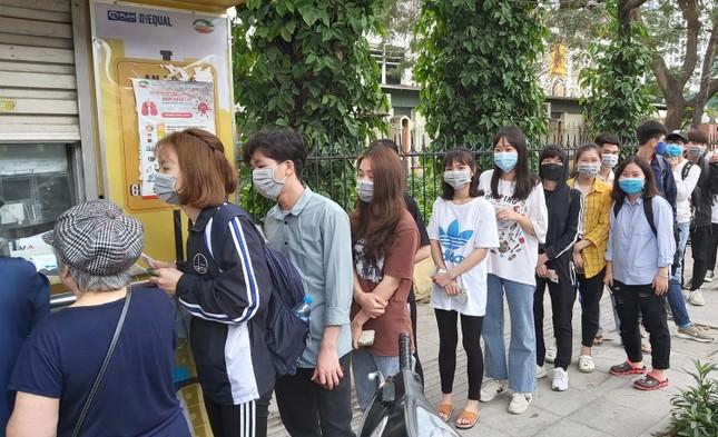 Đủ 'chiêu' phòng dịch ngày đầu tiên sinh viên Hà Nội trở lại giảng đường ảnh 17