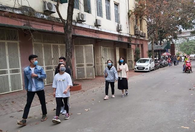 Đủ 'chiêu' phòng dịch ngày đầu tiên sinh viên Hà Nội trở lại giảng đường ảnh 13