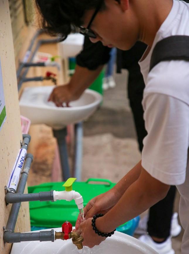 Đủ 'chiêu' phòng dịch ngày đầu tiên sinh viên Hà Nội trở lại giảng đường ảnh 14