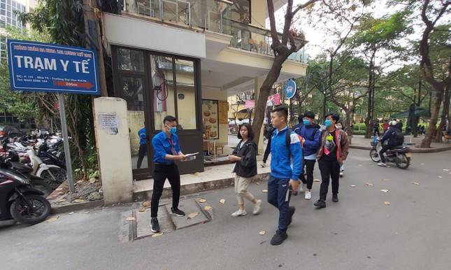 Đủ 'chiêu' phòng dịch ngày đầu tiên sinh viên Hà Nội trở lại giảng đường ảnh 11