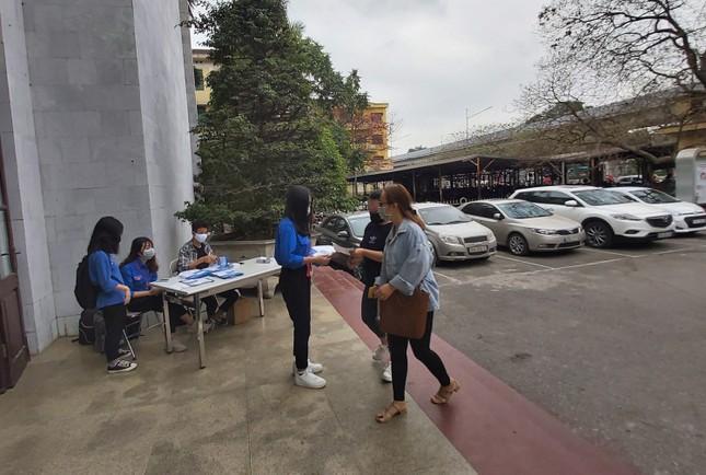 Đủ 'chiêu' phòng dịch ngày đầu tiên sinh viên Hà Nội trở lại giảng đường ảnh 6