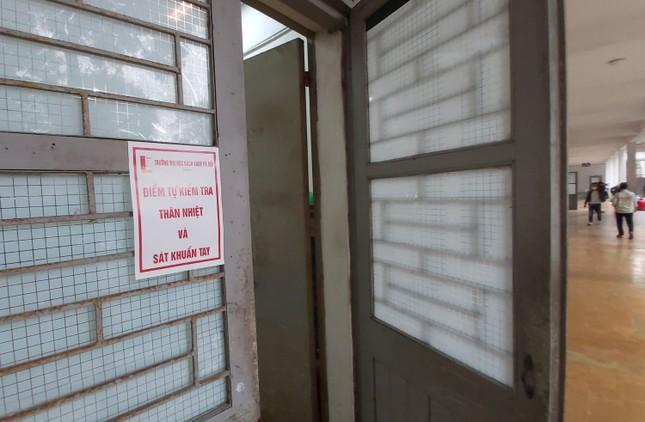 Đủ 'chiêu' phòng dịch ngày đầu tiên sinh viên Hà Nội trở lại giảng đường ảnh 4