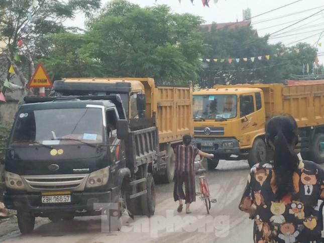 Xe quá tải, cơi nới tung hoành, tàn phá đê sông Hồng đoạn qua Hà Nội ảnh 12