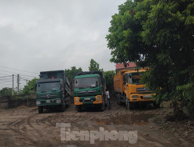 Xe quá tải, cơi nới tung hoành, tàn phá đê sông Hồng đoạn qua Hà Nội ảnh 14