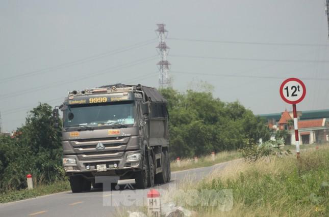 Xe quá tải, cơi nới tung hoành, tàn phá đê sông Hồng đoạn qua Hà Nội ảnh 2