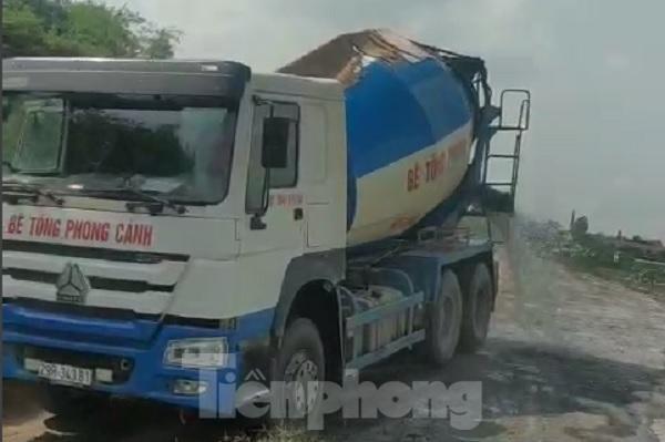 Xe quá tải, cơi nới tung hoành, tàn phá đê sông Hồng đoạn qua Hà Nội ảnh 1