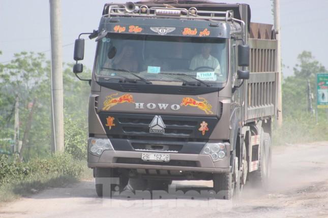Xe quá tải, cơi nới tung hoành, tàn phá đê sông Hồng đoạn qua Hà Nội ảnh 4