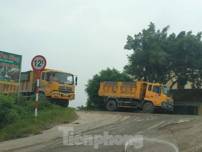 Xe quá tải, cơi nới tung hoành, tàn phá đê sông Hồng đoạn qua Hà Nội ảnh 11