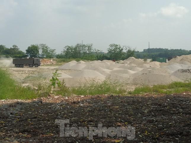 Ai 'chống lưng' cho trạm trộn bê tông, bãi cát dọc sông Hồng? ảnh 1