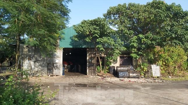 Cận cảnh nhà xưởng ô nhiễm bủa vây trường học, khu dân cư ở Hà Nội ảnh 2