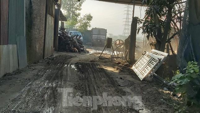 Cận cảnh nhà xưởng ô nhiễm bủa vây trường học, khu dân cư ở Hà Nội ảnh 4