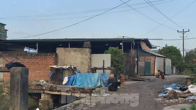 Cận cảnh nhà xưởng ô nhiễm bủa vây trường học, khu dân cư ở Hà Nội ảnh 10