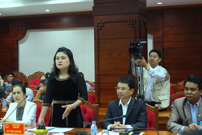 H'Hen Niê được chào đón nồng nhiệt ở quê nhà Đắk Lắk ảnh 1