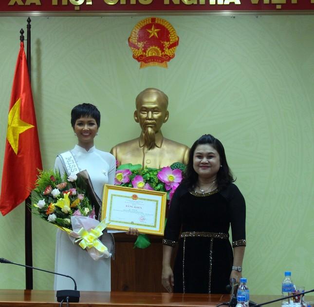 H'Hen Niê được chào đón nồng nhiệt ở quê nhà Đắk Lắk ảnh 2