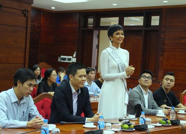 H'Hen Niê được chào đón nồng nhiệt ở quê nhà Đắk Lắk ảnh 4