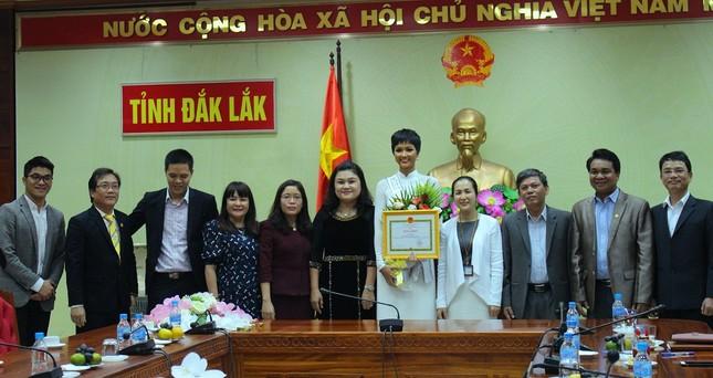 H'Hen Niê được chào đón nồng nhiệt ở quê nhà Đắk Lắk ảnh 5