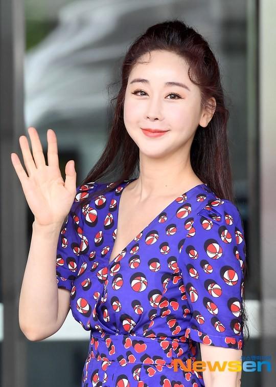 Hoa hậu Hàn Quốc lên truyền hình tuyên bố 'cạch mặt' hội chị em vì lí do gây sốc ảnh 1