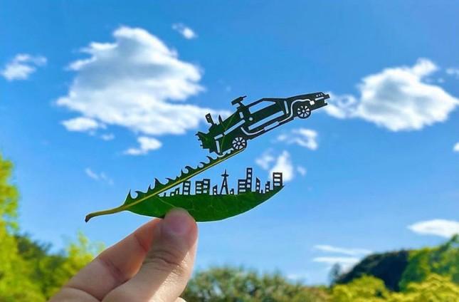 Nghệ sĩ Nhật mắc chứng ADHD với tài năng 'kể chuyện' trên lá cây ảnh 2