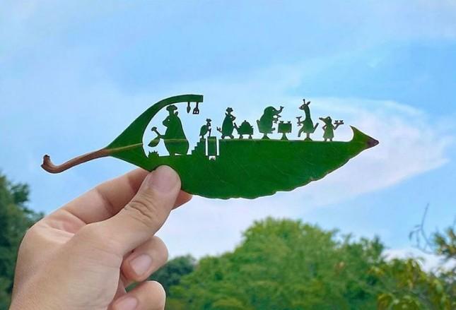 Nghệ sĩ Nhật mắc chứng ADHD với tài năng 'kể chuyện' trên lá cây ảnh 1