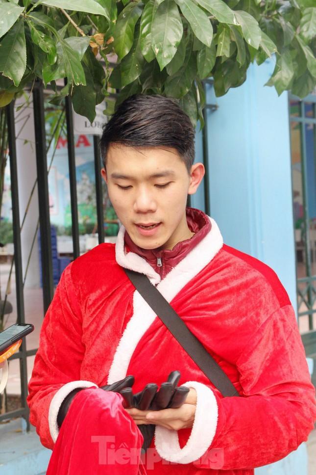 Một ngày bận rộn của 'ông già Noel' 9x tại Hà Nội ảnh 10