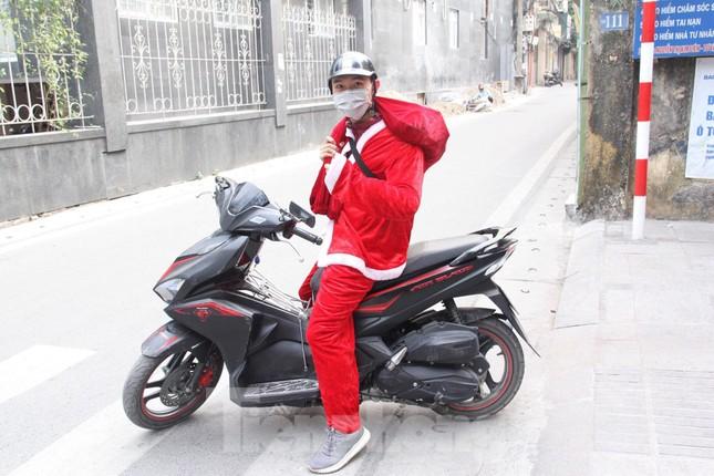 Một ngày bận rộn của 'ông già Noel' 9x tại Hà Nội ảnh 11