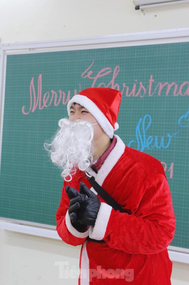 Một ngày bận rộn của 'ông già Noel' 9x tại Hà Nội ảnh 1