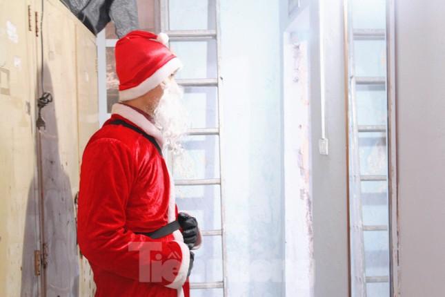 Một ngày bận rộn của 'ông già Noel' 9x tại Hà Nội ảnh 2