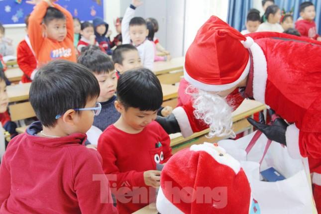 Một ngày bận rộn của 'ông già Noel' 9x tại Hà Nội ảnh 3