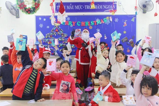 Một ngày bận rộn của 'ông già Noel' 9x tại Hà Nội ảnh 4