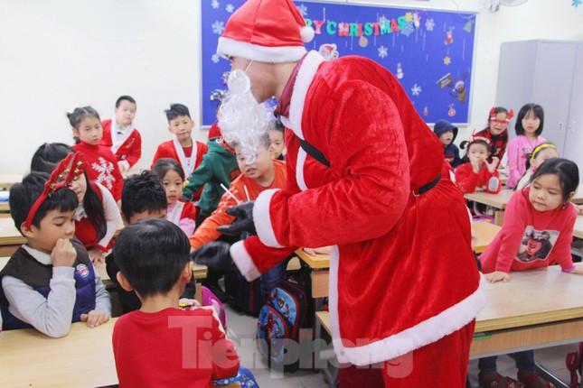 Một ngày bận rộn của 'ông già Noel' 9x tại Hà Nội ảnh 5