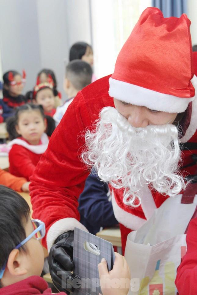 Một ngày bận rộn của 'ông già Noel' 9x tại Hà Nội ảnh 7