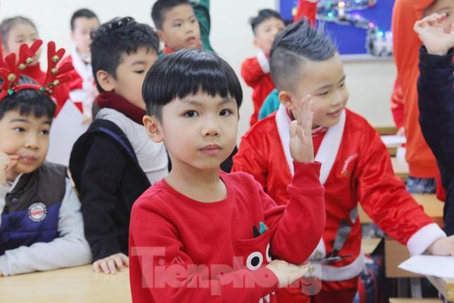Một ngày bận rộn của 'ông già Noel' 9x tại Hà Nội ảnh 8