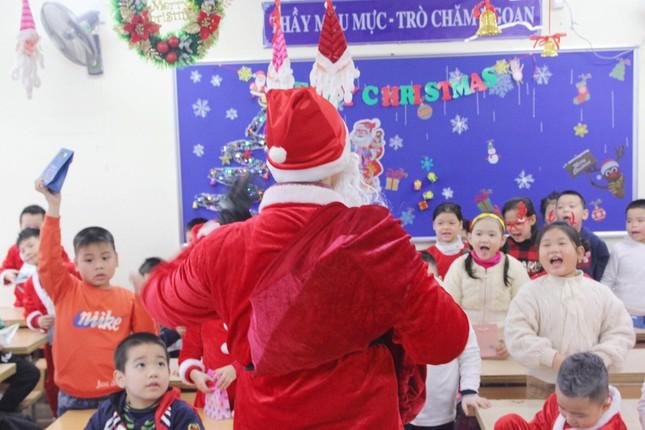 Một ngày bận rộn của 'ông già Noel' 9x tại Hà Nội ảnh 9