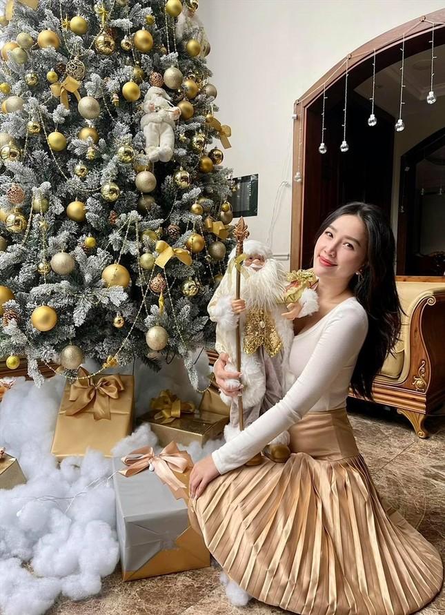 Bảo Anh mặc cúp ngực nóng bỏng, rực rỡ nhất nhì sao Việt dịp Giáng sinh ảnh 5