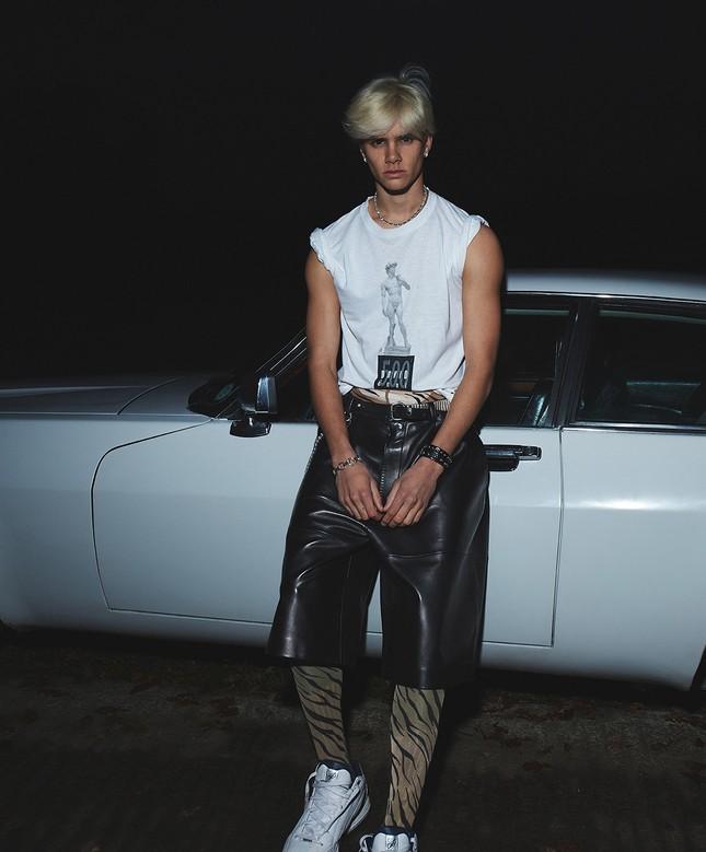 Quý tử thứ hai nhà Beckham lần đầu lên bìa tạp chí ảnh 4