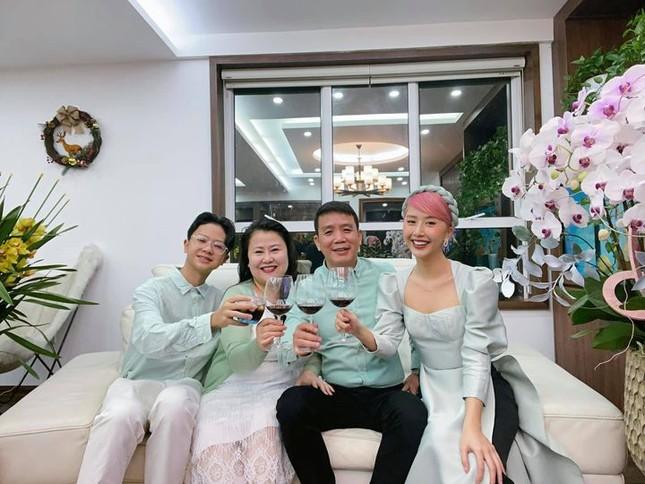 Thiều Bảo Trâm bên gia đình đón Tết, Minh Vương có giao thừa đặc biệt trong khu cách ly ảnh 7