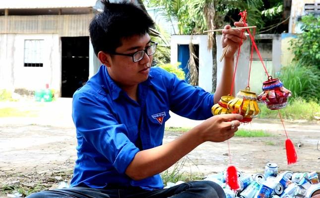 Lồng đèn vỏ lon, bánh trung thu handmade tặng trẻ em vùng sâu ảnh 2