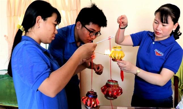 Lồng đèn vỏ lon, bánh trung thu handmade tặng trẻ em vùng sâu ảnh 6
