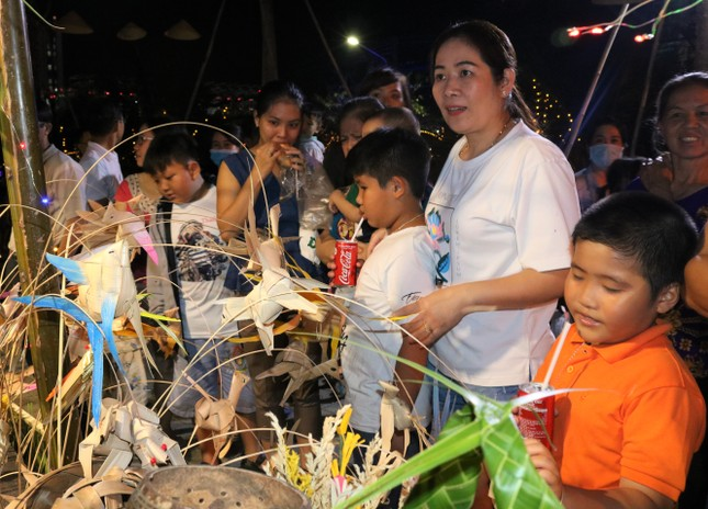 Hàng chục ngàn người đổ về Bến Tre tham quan lễ hội dừa ảnh 5