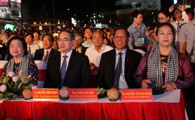 Hàng chục ngàn người đổ về Bến Tre tham quan lễ hội dừa ảnh 2