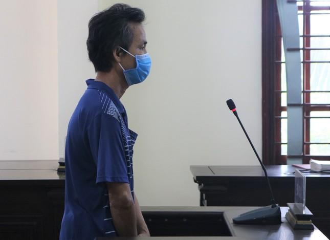 Người đàn ông không đeo khẩu trang còn hành hung công an bị tuyên 9 tháng tù ảnh 1