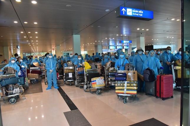 Đón hàng trăm công dân Việt và người nước ngoài từ Ấn Độ về nước ảnh 1